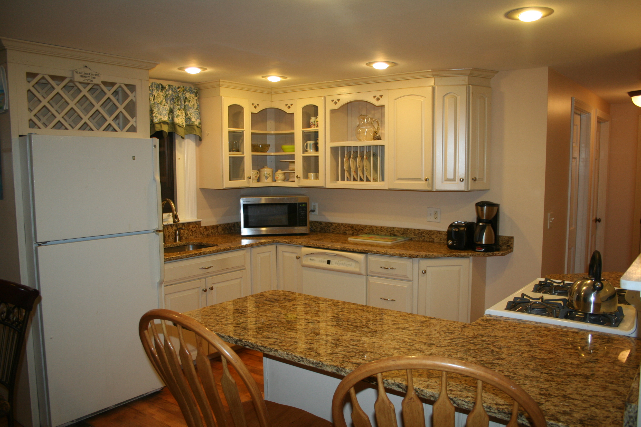 Full Kitchen with Kitchen Table, Turtle Cove, Cape Cod
